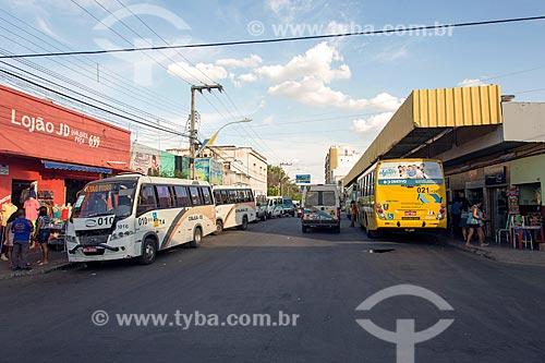 Vista de terminal rodoviário na Rua São Francisco com micro-ônibus, van e ônibus  - Juazeiro do Norte - Ceará (CE) - Brasil