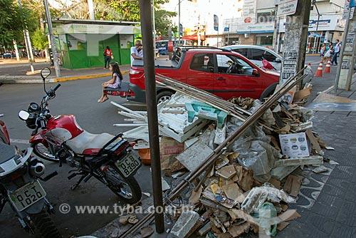 Detalhe de lixo e entulho descartado irregularmente próximo à Praça Padre Cícero  - Juazeiro do Norte - Ceará (CE) - Brasil