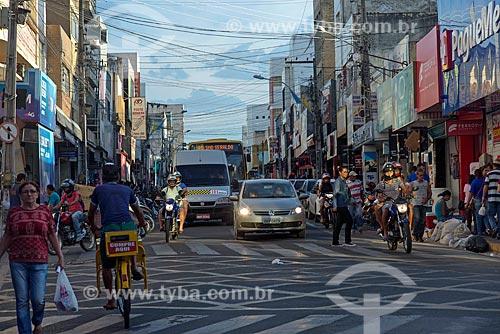 Tráfego de pessoas e veículos em rua comercial  - Juazeiro do Norte - Ceará (CE) - Brasil