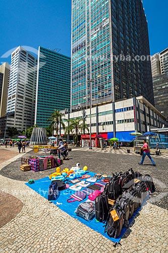 Vendedores ambulantes no Largo da Carioca com o Edifício Avenida Central ao fundo  - Rio de Janeiro - Rio de Janeiro (RJ) - Brasil