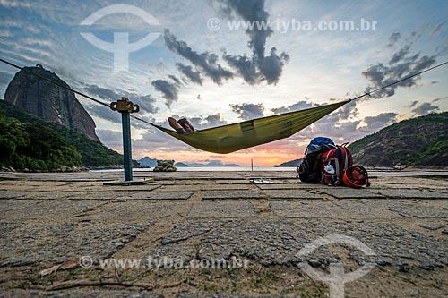 Homem observando a vista do amanhecer na Praia Vermelha  - Rio de Janeiro - Rio de Janeiro (RJ) - Brasil