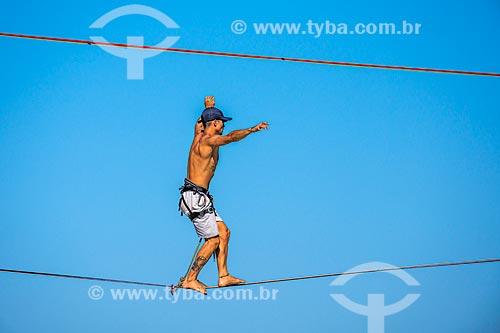 Detalhe de praticante de slackline na formação rochosa conhecida como Castelinho do Leblon próximo ao Mirante do Leblon  - Rio de Janeiro - Rio de Janeiro (RJ) - Brasil