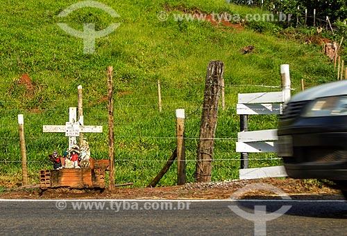 Detalhe de crucifixo em homenagem a vítima de acidente no acostamento do Rodovia MG-353 entre as cidades de Guarani e Pirauba  - Guarani - Minas Gerais (MG) - Brasil
