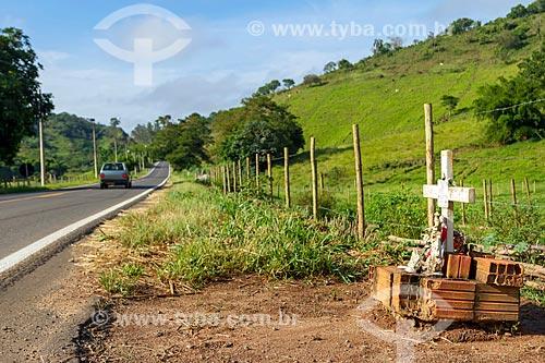 Crucifixo em homenagem a vítima de acidente no acostamento do Rodovia MG-353 entre as cidades de Guarani e Pirauba  - Guarani - Minas Gerais (MG) - Brasil