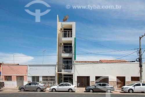 Fachada de prédio estreito entre casas  - Sousa - Paraíba (PB) - Brasil