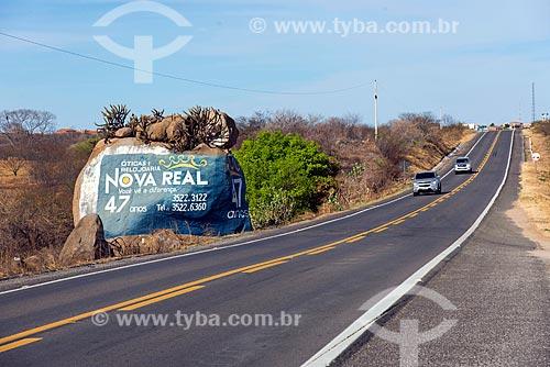 Rocha com propaganda no acostamento da Rodovia Governador Antônio Mariz (BR-230) - trecho da Rodovia Transamazônica  - Marizópolis - Paraíba (PB) - Brasil