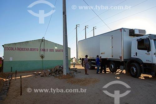 Caminhão baú entregando merenda escolar em escola indígena da Tribo Truká  - Cabrobó - Pernambuco (PE) - Brasil