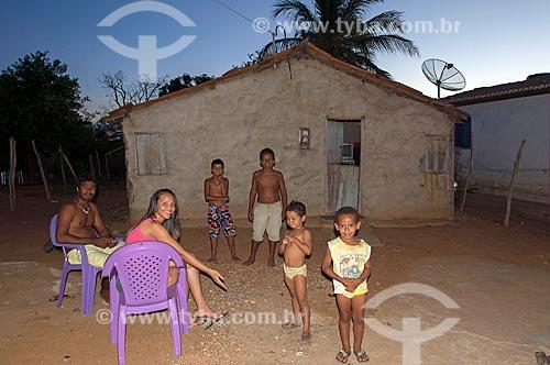 Família na Comunidade Caatinga Grande na aldeia da Tribo Truká  - Cabrobó - Pernambuco (PE) - Brasil