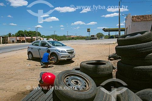 Borracheiro trocando pneu de carro  - Floresta - Pernambuco (PE) - Brasil
