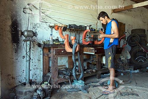 Borracheiro consertando furo em pneu de carro  - Floresta - Pernambuco (PE) - Brasil
