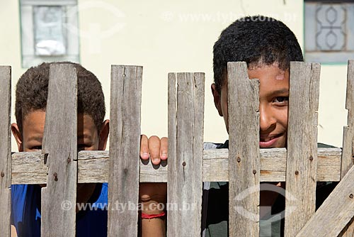 Detalhe de meninos da aldeia Travessão do Ouro da Tribo Pipipãs  - Floresta - Pernambuco (PE) - Brasil