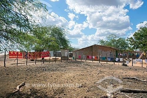 Cerca usada como varal na aldeia Travessão do Ouro da Tribo Pipipãs  - Floresta - Pernambuco (PE) - Brasil