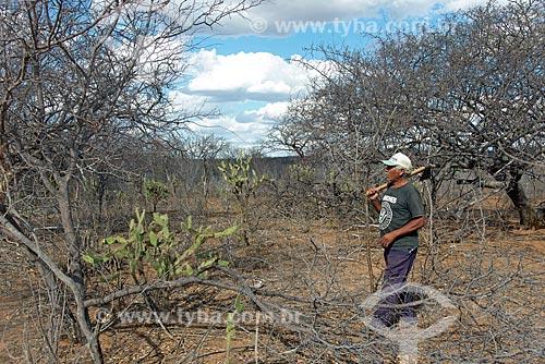 Homem da aldeia da Tribo Pipipãs indo cortar madeira para construir cerca  - Floresta - Pernambuco (PE) - Brasil