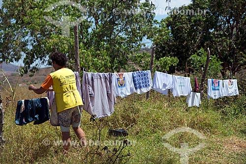 Mulher estendendo a roupa no varal  - Santa Cruz da Baixa Verde - Pernambuco (PE) - Brasil