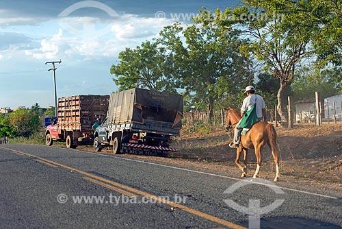 Homem à cavalo no acostamento da Rodovia CE-384  - Mauriti - Ceará (CE) - Brasil