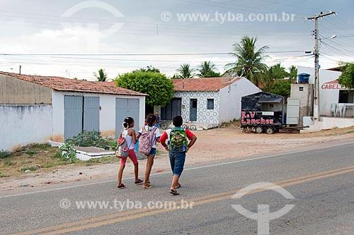 Estudantes andando no acostamento da Rodovia CE-384  - Mauriti - Ceará (CE) - Brasil