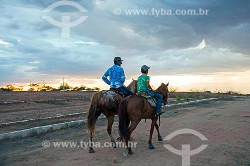 Pai e filho cavalgando no durante o pôr do sol  - Mauriti - Ceará (CE) - Brasil