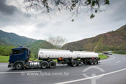 Caminhão-tanque bitrem na Rodovia Presidente Dutra (BR-116)  - Rio de Janeiro - Rio de Janeiro (RJ) - Brasil