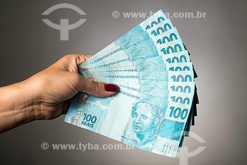 Mão segurando notas de 100 reais  - Rio de Janeiro - Rio de Janeiro (RJ) - Brasil