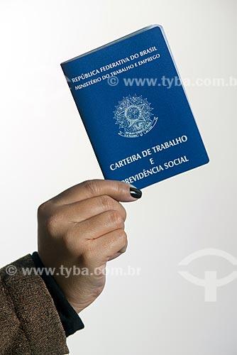 Mão segurando carteira de trabalho  - Rio de Janeiro - Rio de Janeiro (RJ) - Brasil