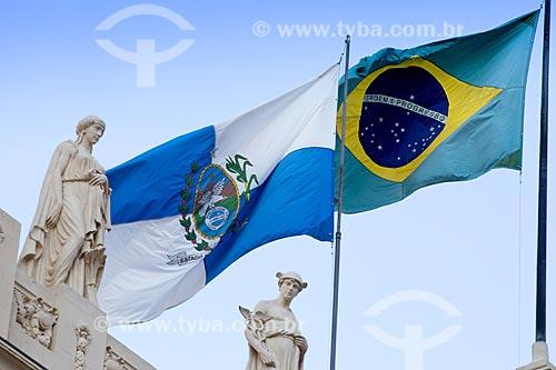 Detalhe de estátuas na Assembleia Legislativa do Estado do Rio de Janeiro (ALERJ) com as bandeiras do Estado do Rio de Janeiro e do Brasil hasteadas  - Rio de Janeiro - Rio de Janeiro (RJ) - Brasil