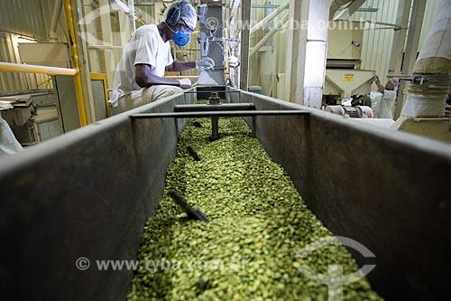 Detalhe do processo de polimento de ervilha em fábrica de indústria alimentícia  - Rio de Janeiro - Rio de Janeiro (RJ) - Brasil