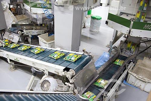 Detalhe de máquina de embalagem em fábrica de indústria alimentícia  - Rio de Janeiro - Rio de Janeiro (RJ) - Brasil