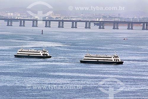 Catamarãs que fazem a travessia entre Rio de Janeiro e Niterói com a Ponte Rio-Niterói ao fundo  - Rio de Janeiro - Rio de Janeiro (RJ) - Brasil