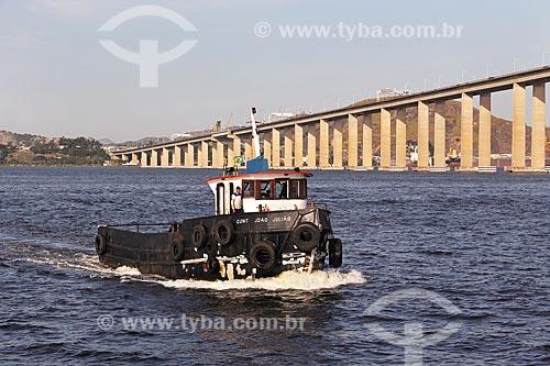 Rebocador João Julião na Baía de Guanabara com a Ponte Rio-Niterói ao fundo  - Rio de Janeiro - Rio de Janeiro (RJ) - Brasil