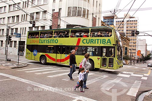 Ônibus do Linha Turismo na esquina da Rua Quinze de Novembro com a Rua Conselheiro Laurindo  - Curitiba - Paraná (PR) - Brasil
