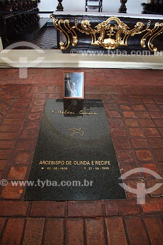 Detalhe do túmulo de Dom Hélder Câmara - arcebispo emérito de Olinda e Recife - no interior da Catedral Sé de Olinda (1540)  - Olinda - Pernambuco (PE) - Brasil