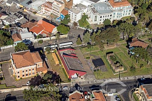 Foto aérea do Palácio Garibaldi (1904) - à esquerda - com a escadaria e ruínas de São Francisco na Praça João Cândido   - Curitiba - Paraná (PR) - Brasil