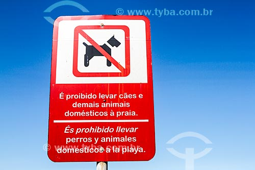 Placa bilíngue que diz: É proibido levar cães e demais animais domésticos à praia - na Meia Praia  - Itapema - Santa Catarina (SC) - Brasil