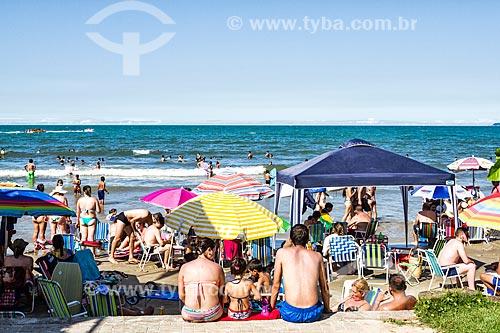 Banhistas na Meia Praia  - Itapema - Santa Catarina (SC) - Brasil