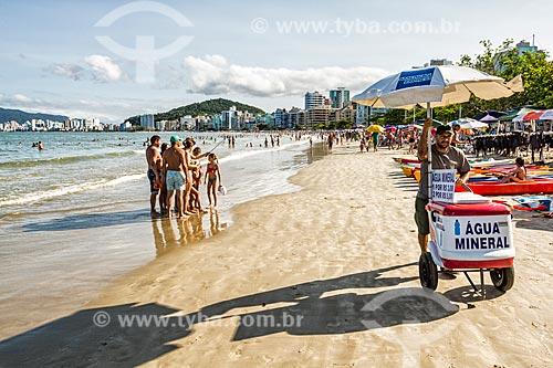 Banhistas e vendedor ambulante na orla da Praia Central  - Itapema - Santa Catarina (SC) - Brasil