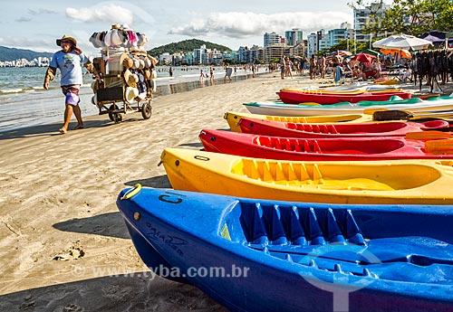Vendedor ambulante na orla da Praia Central  - Itapema - Santa Catarina (SC) - Brasil