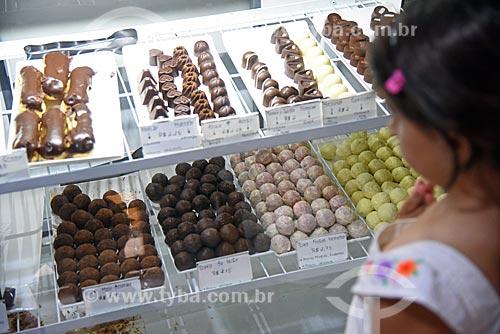 Menina observando vitrine de chocolateria  - Rio de Janeiro - Rio de Janeiro (RJ) - Brasil