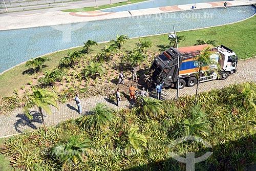 Funcionários da COMLURB - empresa de limpeza urbana da cidade do Rio de Janeiro - fazendo a manutenção do jardim da Cidade das Artes - antiga Cidade da Música  - Rio de Janeiro - Rio de Janeiro (RJ) - Brasil