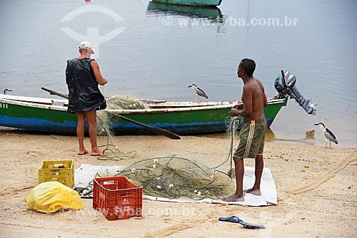 Pescadores na orla da Praia dos Tamoios  - Rio de Janeiro - Rio de Janeiro (RJ) - Brasil