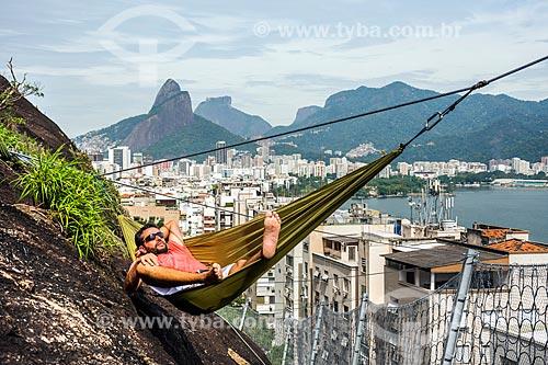 Detalhe de alpinista deitado na rede durante a escalada do Morro do Cantagalo  - Rio de Janeiro - Rio de Janeiro (RJ) - Brasil