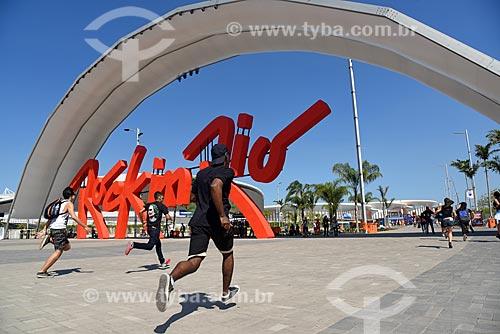 Letreiro com os dizeres: Rock In Rio na entrada do Rock in Rio 2017 - Parque Olímpico Rio 2016 - com público chegando  - Rio de Janeiro - Rio de Janeiro (RJ) - Brasil