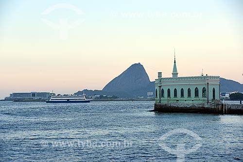 Vista do castelo da Ilha Fiscal durante o Rio Boulevard Tour - passeio turístico de barco na Baía de Guanabara - com o Pão de Açúcar ao fundo  - Rio de Janeiro - Rio de Janeiro (RJ) - Brasil