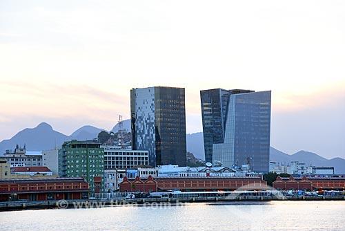 Vista da Edifício sede da LOréal Brasil e do Edifício Vista Guanabara durante o Rio Boulevard Tour - passeio turístico de barco na Baía de Guanabara  - Rio de Janeiro - Rio de Janeiro (RJ) - Brasil