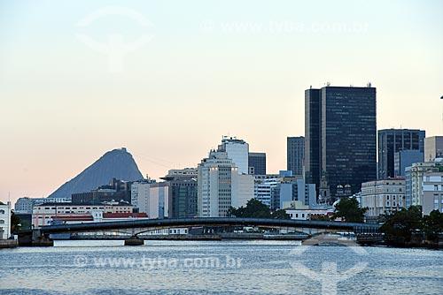 Vista de prédios do centro do Rio de Janeiro durante o Rio Boulevard Tour - passeio turístico de barco na Baía de Guanabara - com o Pão de Açúcar ao fundo  - Rio de Janeiro - Rio de Janeiro (RJ) - Brasil