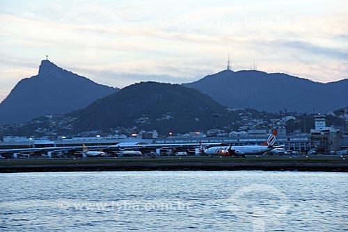 Vista do Aeroporto Santos Dumont durante o Rio Boulevard Tour - passeio turístico de barco na Baía de Guanabara - com o Cristo Redentor ao fundo  - Rio de Janeiro - Rio de Janeiro (RJ) - Brasil