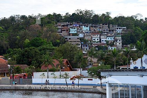 Vista de favela na Ilha de Paquetá a partir da Baía de Guanabara  - Rio de Janeiro - Rio de Janeiro (RJ) - Brasil