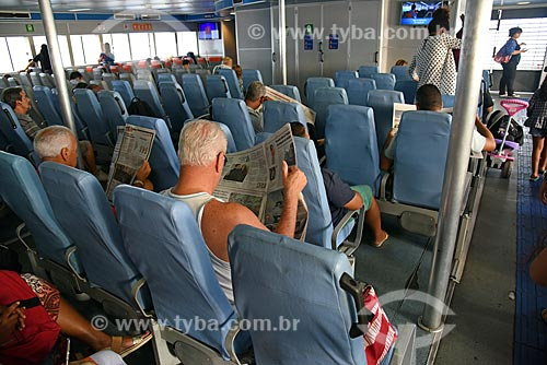 Passageiros no interior de barca que faz a travessia entre Rio de Janeiro e a Ilha de Paquetá  - Rio de Janeiro - Rio de Janeiro (RJ) - Brasil