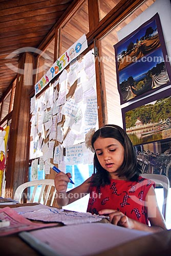 Maria Eduarda Lemos Macieira - de apenas 6 anos - autografando livro durante o lançamento do seu primeiro livro A Minha Mãe é Gentil! na Festa Literária de Paquetá (FLIPA)  - Rio de Janeiro - Rio de Janeiro (RJ) - Brasil