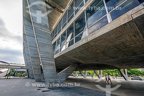 Vista do pátio sob o Museu de Arte Moderna do Rio de Janeiro (1948)  - Rio de Janeiro - Rio de Janeiro (RJ) - Brasil