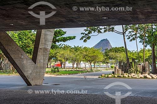 Vista do Pão de Açúcar a partir do pátio sob o Museu de Arte Moderna do Rio de Janeiro (1948)  - Rio de Janeiro - Rio de Janeiro (RJ) - Brasil
